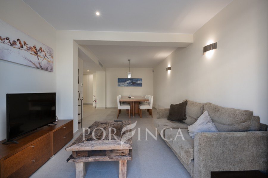 Very comfortable and modern apartment with large terrace and at 200 m from the beach; including new furniture.