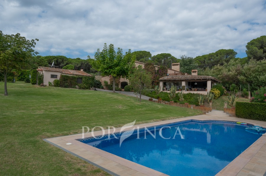 Magnificent estate at only 1 km from Sant Feliu de Guixols. Different buildings of which a Masia to be partly renovated ; private pool ; Football field.