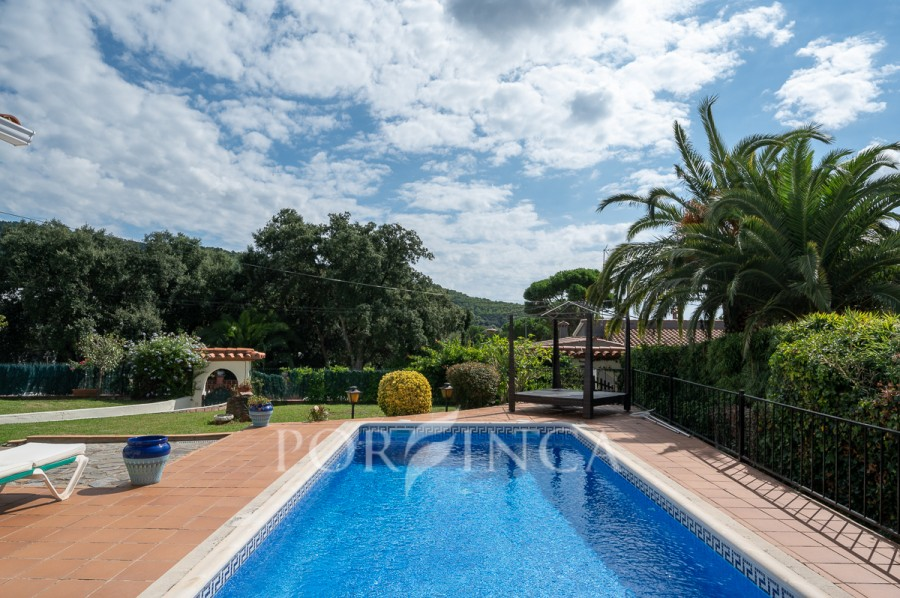 Nice 2 bedroom villa in an excellent location with swimming-pool and nice views. Large master bedroom. 5 km from Costa Brava Coast.