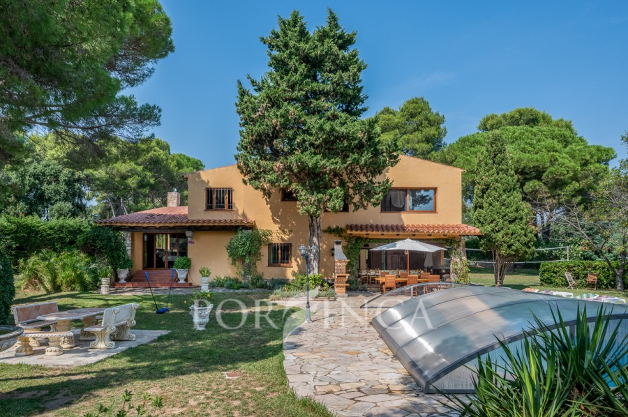 Large 8 bedroom villa at 500 meters from the beach of Sant Antoni in the bay of Palamos. Private pool, large car parking, ideal for renting large groups or family home.