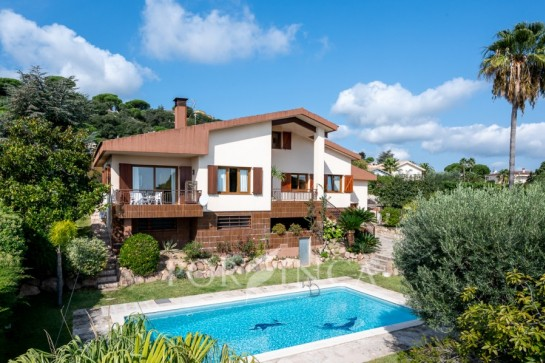 Comfortable villa with sea view and pool in between Calonge and Platja d'Aro.