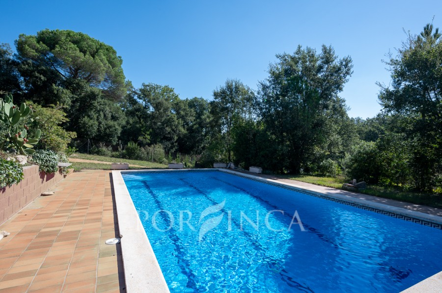 Large 4 bedroom property with pool in quiet setting at 15 km from the beaches of the Costa Brava.