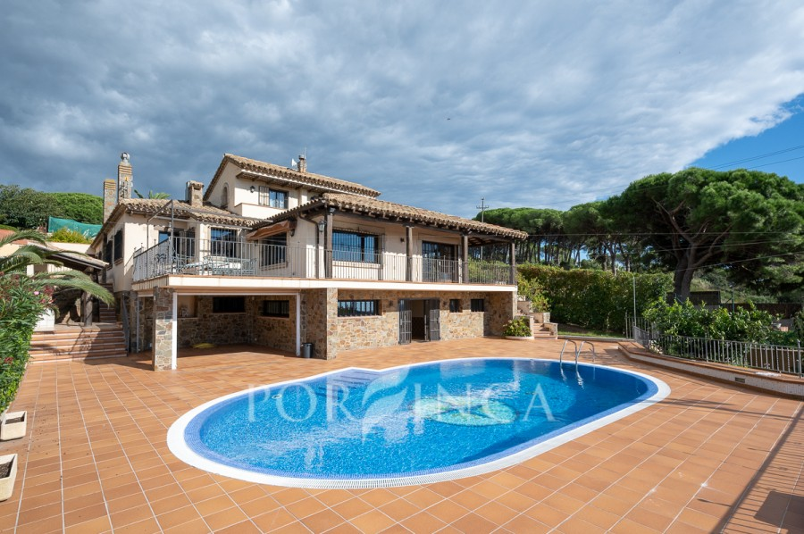 Magnificent Villa with panoramic views of the sea, the center of Sant Feliu and the mountains.