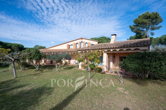 Fantastic country house type Masia on a very large plot near the beach of Pals Costa Brava. Built in 1990.