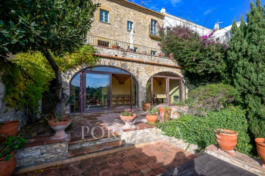 Characterful 17th century townhouse with sea view close to the center of Begur.
