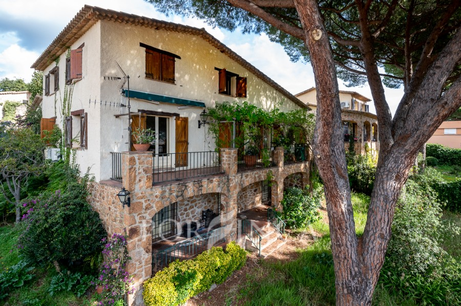 Large charming villa close to the center of Platja d'Aro. Ample spaces, nice mountain views, south oriented, several terraces, garage.
