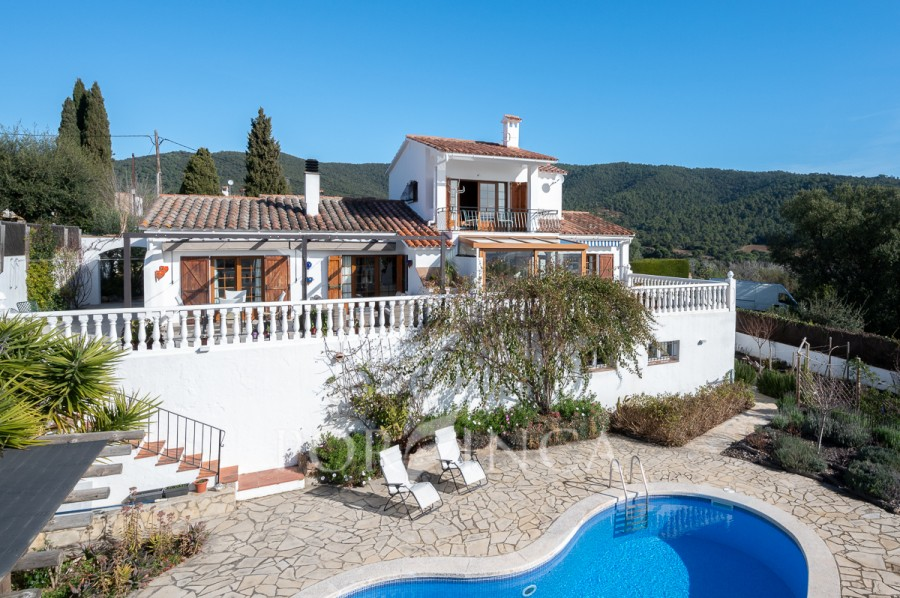 Mediterranean style villa with wonderful sea views on large plot in quiet area.