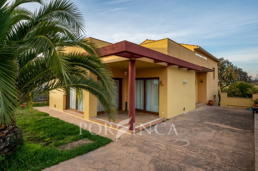Spacious and comfortable 4 bedroom villa in a quiet residential zone in Llagostera with easy access to Girona as well as the Costa Brava beaches.