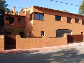 Detached property of 350sqm of rustic style, recently built and situated in a quiet residential area close to the sea