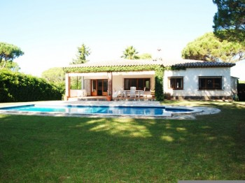 Detached property situated in the Golf Costa Brava.