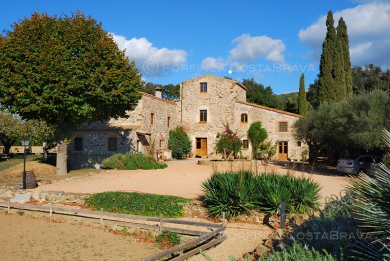 Beautifully restored authentic country house at 3 km from the Costa Brava beaches of Palamos.
