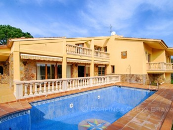 Luxury villa for sale at 1 km from the Costa Brava beach of Palamos.