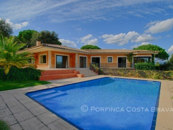 Luxurious property built on 2 levels situated on the Golf Costa Brava in Santa Cristina d'Aro
