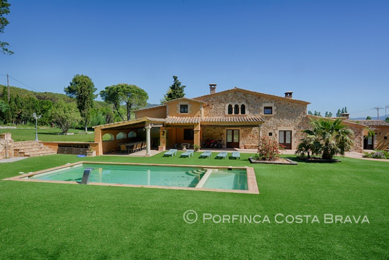 Beautiful authentically restored country house with 9 bedrooms at 4 km from the Costa Brava beaches.