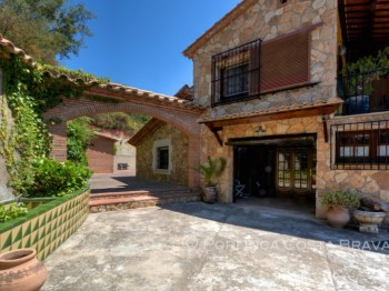 Large rustic property with lots of privacy and nice views at 10 km from the Costa Brava coast.