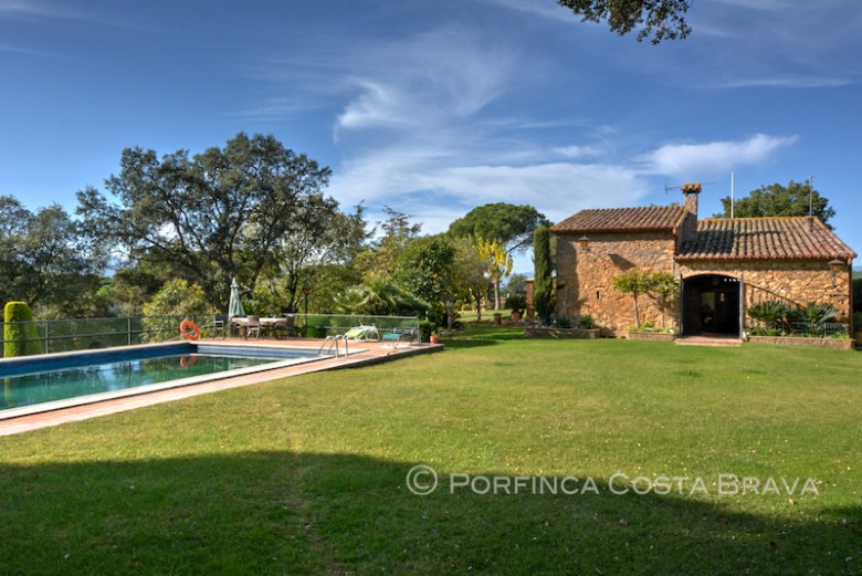 Authentic XVII century catalan Farmhouse with pool and landscaped garden in residential area at 15 km from the Costa Brava