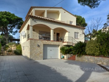 Large 4 bedroom villa for sale with nice sea view and swimming pool in Santa Cristina d'Aro.