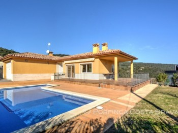 5 bedroom Costa Brava villa for sale with pool in quiet area of Vizcondado de Cabanyes in Calonge.
