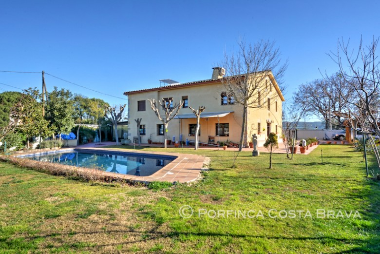 Comfortable country house very close to Girona and 30 km from the Costa Brava beaches.