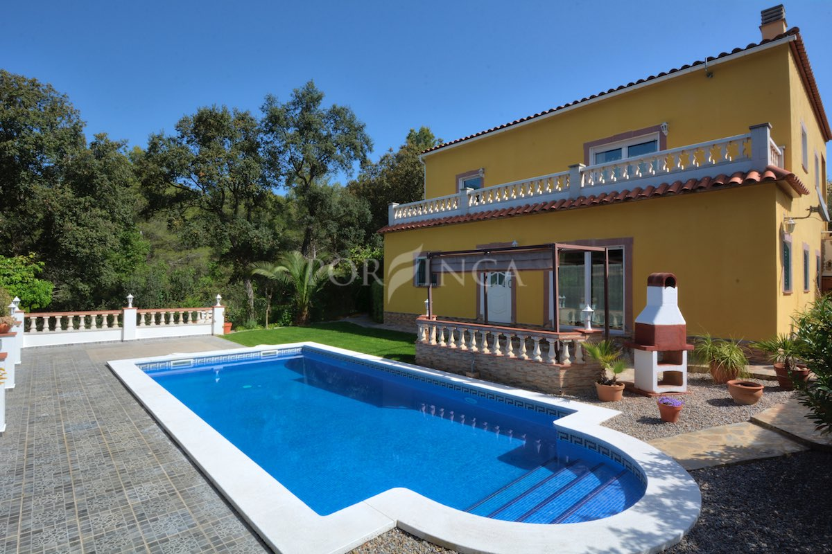 Well maintained 5 bedroom villa in green and quiet setting with pool and separate apartment at for Location villa aout